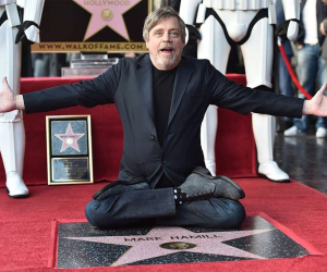 Mark Hamill devela su estrella en Hollywood