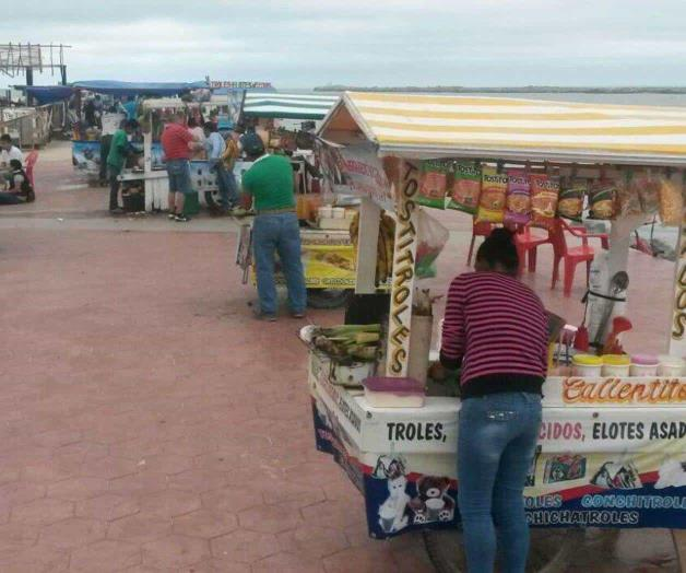 Piden regular ambulantes en la Playa de Miramar