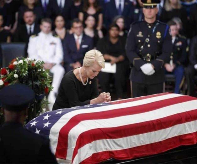 Despiden a John McCain en Washington