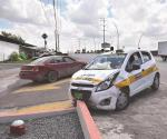 Mujer invade carril y choca a taxista