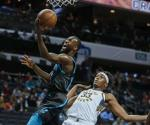 Lamb anota 21; Hornets arrolla a Pacers